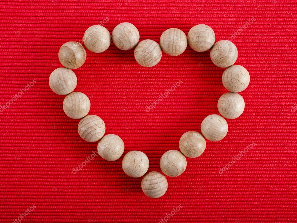 corazón frontera marco hecho de bola de madera en el fondo de ...
