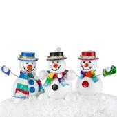 tři veselá snowmans v pruhované šály, rukavice a klobouk cylindder izolované na bílém pozadí
