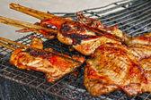 Grilování kuřecího a vepřového masa pečené na plotně