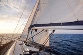 Plavba na jachtě v západu slunce