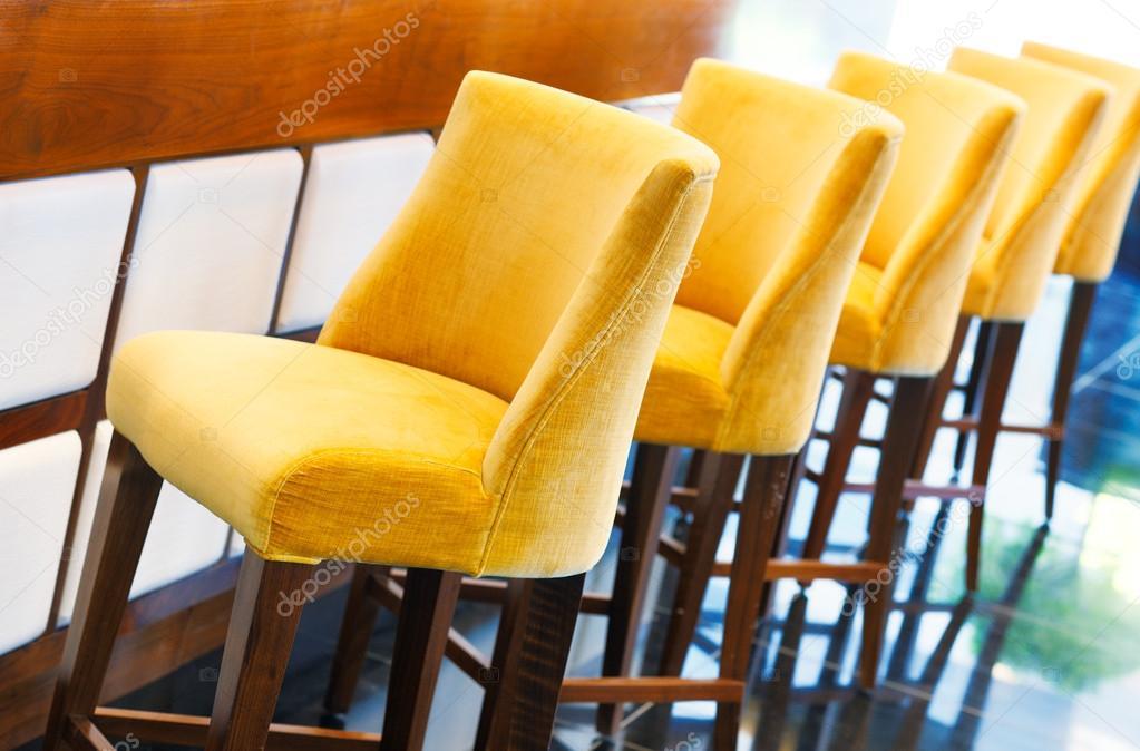 Sgabelli da bar giallo caldo u foto stock sophie james