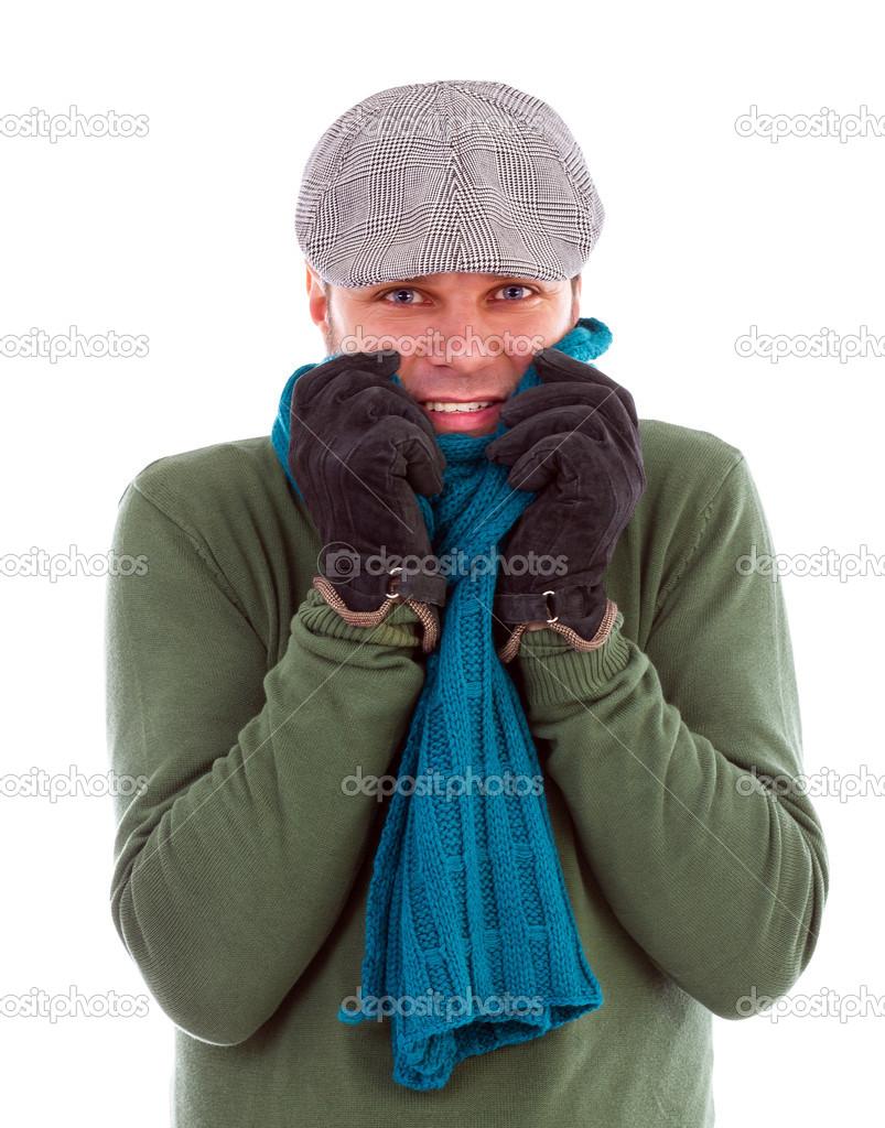 jeune homme avec gants et écharpe grelottant de froid — Photographie ... 77e330ea525