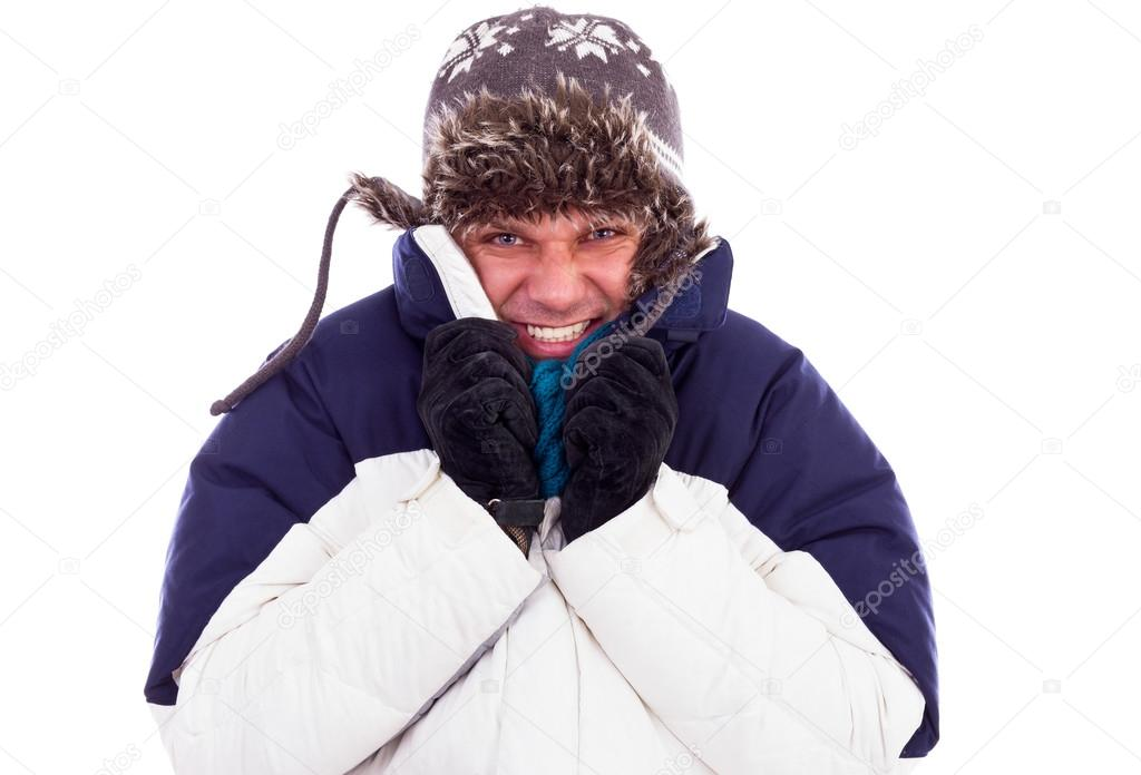 Jeune homme avec chapeau et manteau grelottant de froid — Photo a2e6c273457