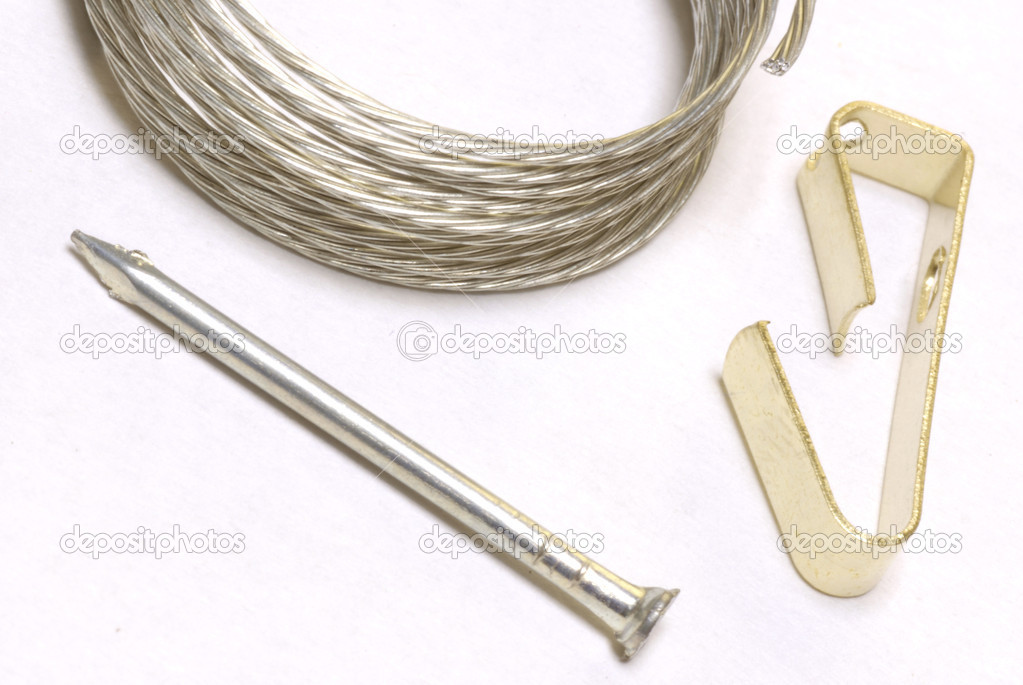 suministros necesarios para colgar el cuadro - clavo, alambre y el ...