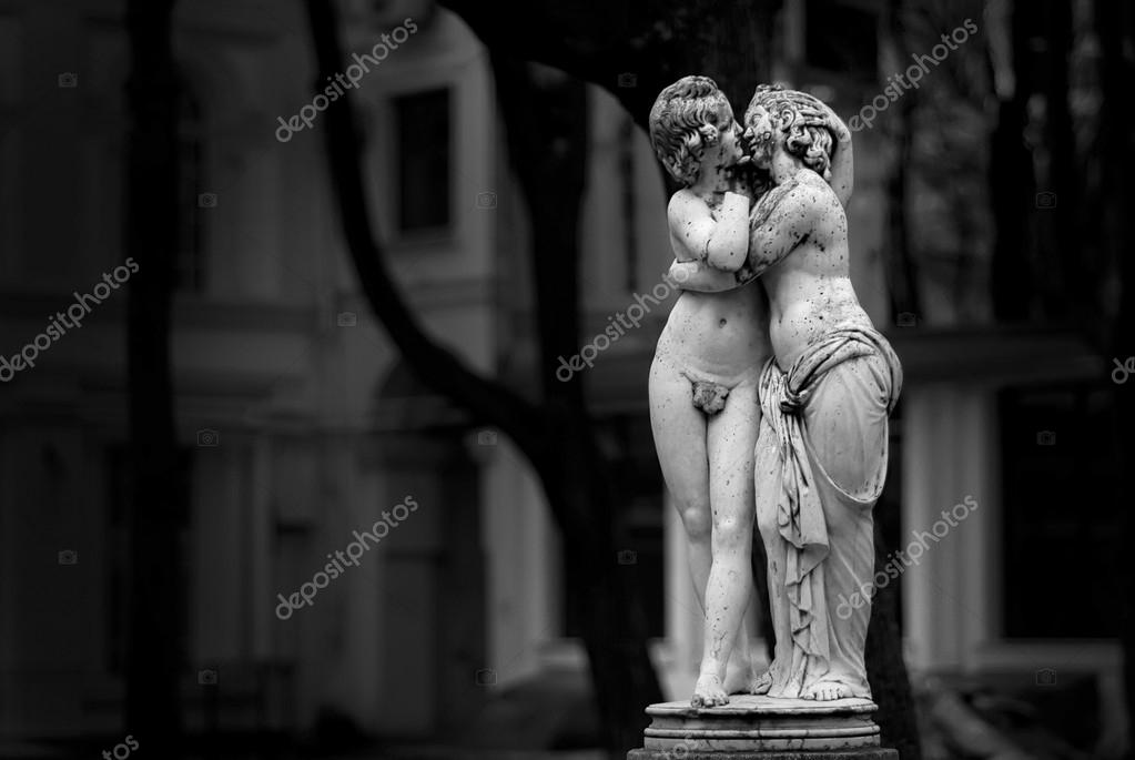 Kissing lover statues