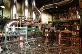 Fotografie überflutet, Rohre, Rohre, Maschinen und ein Kraftwerk