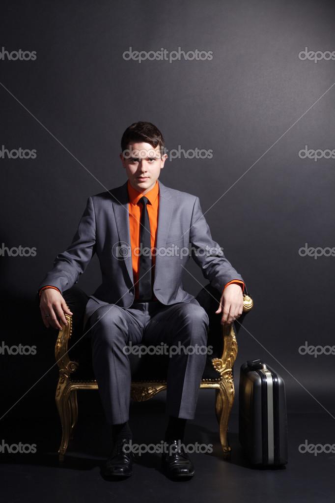 Сидит в кресле фото фото 310-829