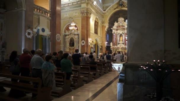 Egyes papok és a oltárt fiú belépés az egyház