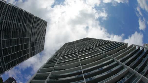 Infinity budovy a běžící obloha, časová prodleva