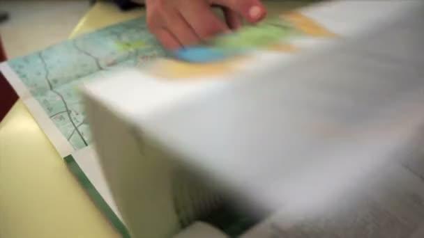 sfogliando un opuscolo della città per rendere il piano