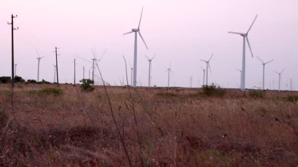 pole s větrné generátory
