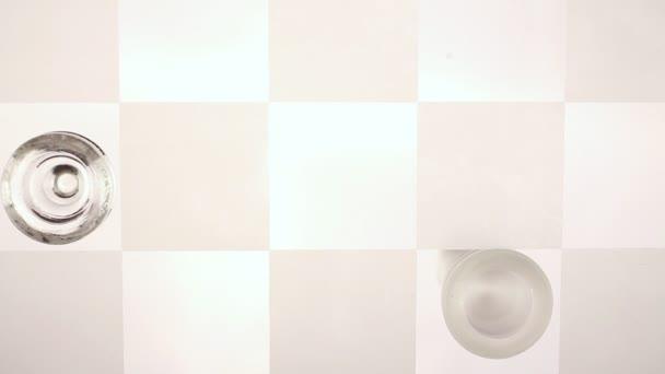 křišťálové šachy. na konci hry. Král jde dolů. z dolní části desky