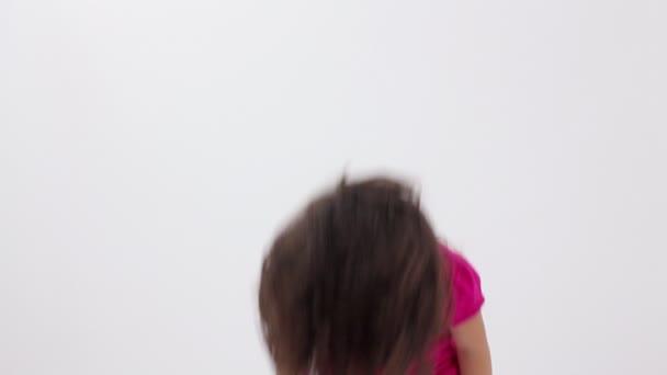 rallentatore di una giovane ragazza, tirare i capelli