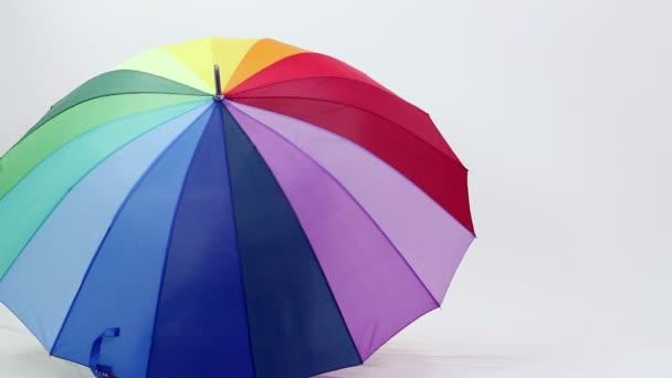 mladá dívka se baví s deštníkem