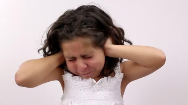 mladá dívka pouts a protesty a kryty uší