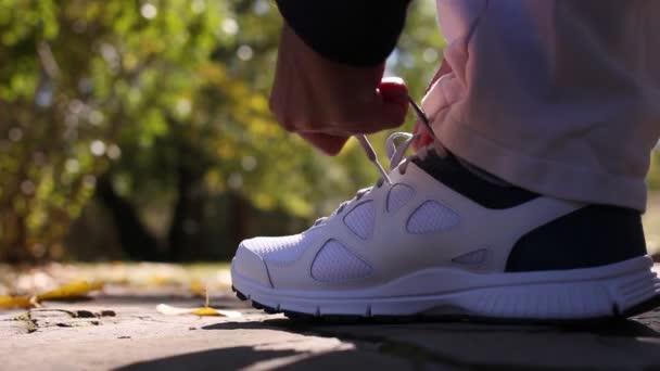 Muž, jogging, běh v parku. připravit oblečení