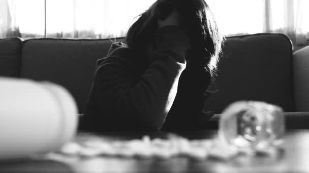 zoufalá žena se pokusí o sebevraždu s prášky