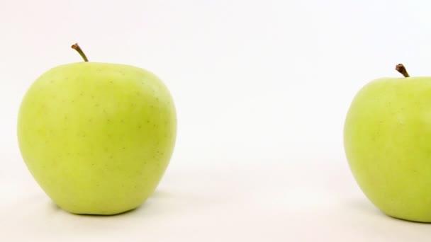 být jiná ruka zvolí červené jablko z řádku se zelenými jablky