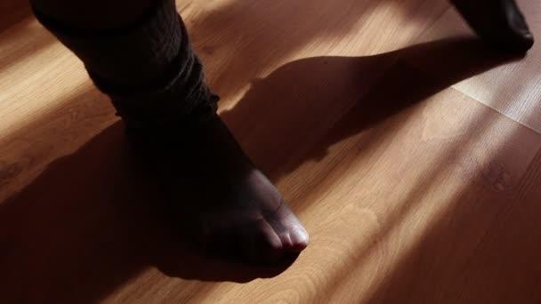 zblízka ženské nohy, dělá cvičení doma