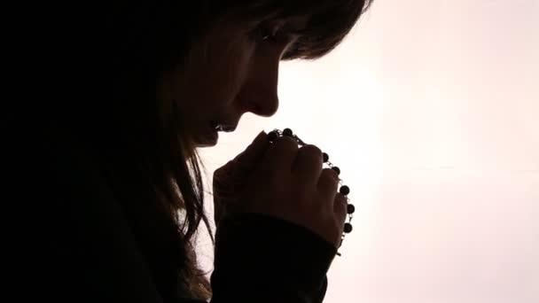 sziluettje a nő kezét, imádkozó, közelről