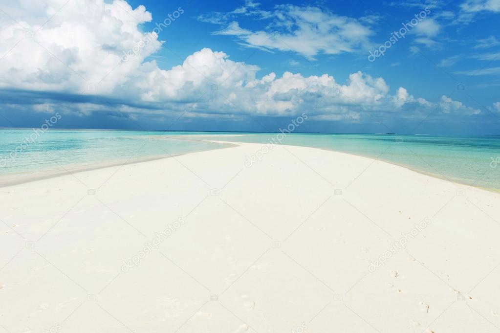 Paisaje marino con arena blanca de la playa y el azul for Arena de playa precio