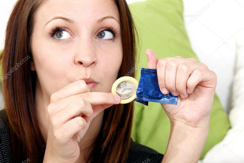 девушка с презервативом молодая женщина,идущая