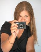 Dívka s digitálním fotoaparátem
