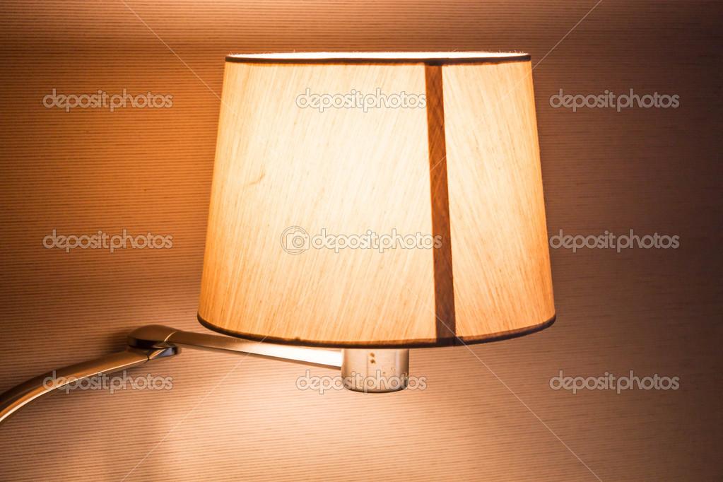 Lampade Da Tavolo Lavoro : Accesa la lampada da tavolo di lavoro in sala u foto stock