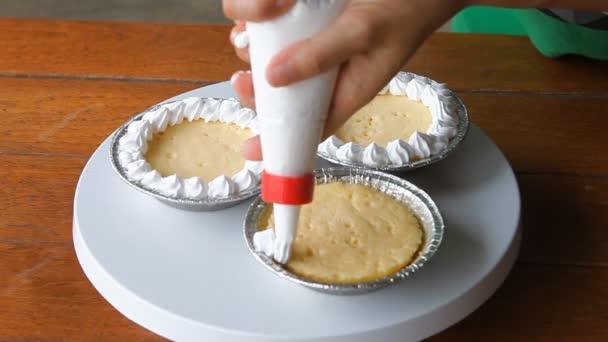 decorare la torta di formaggio Coppa con panna