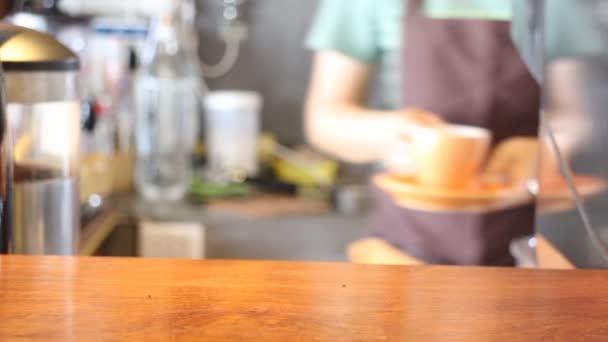 Barista kávézóban szolgáló csésze eszpresszó