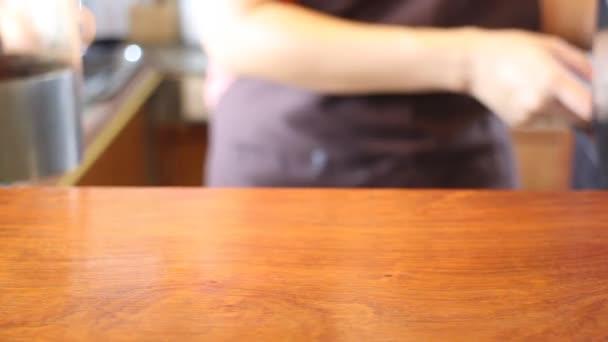 Barista kávézó üzlet szolgálja egy csésze kávé