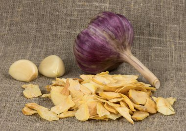 scattered dried garlic on a background of rough cloth