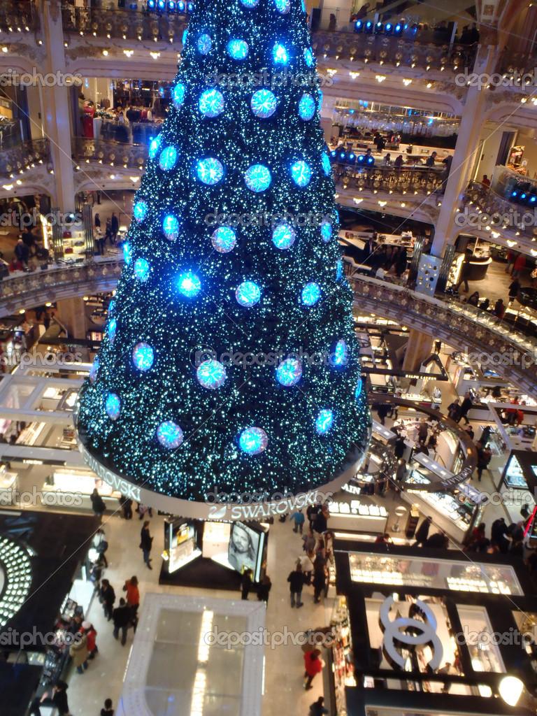 Paris, france - 8 décembre 2012   arbre de Noël de swarovski aux célèbres  galeries lafayette grand magasin sur le boulevard haussmann. le bal du  siècle est ... 50d03a0350ba
