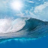 velké surfování scean lámání vln na slunci