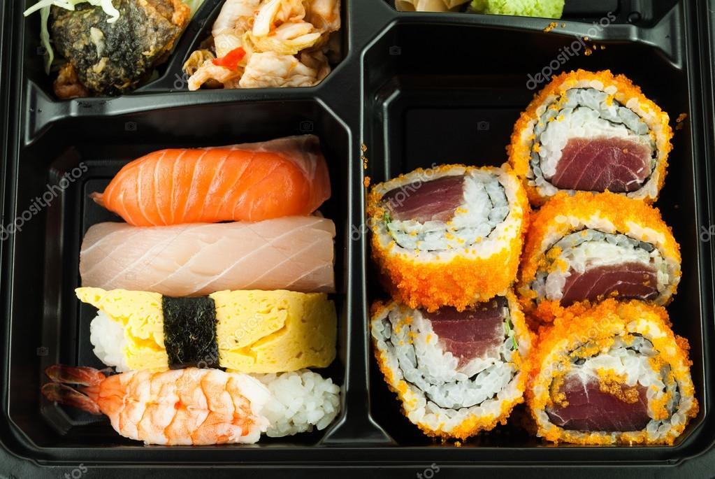 gros plan de sushi dans un repas japonais bo te bento. Black Bedroom Furniture Sets. Home Design Ideas