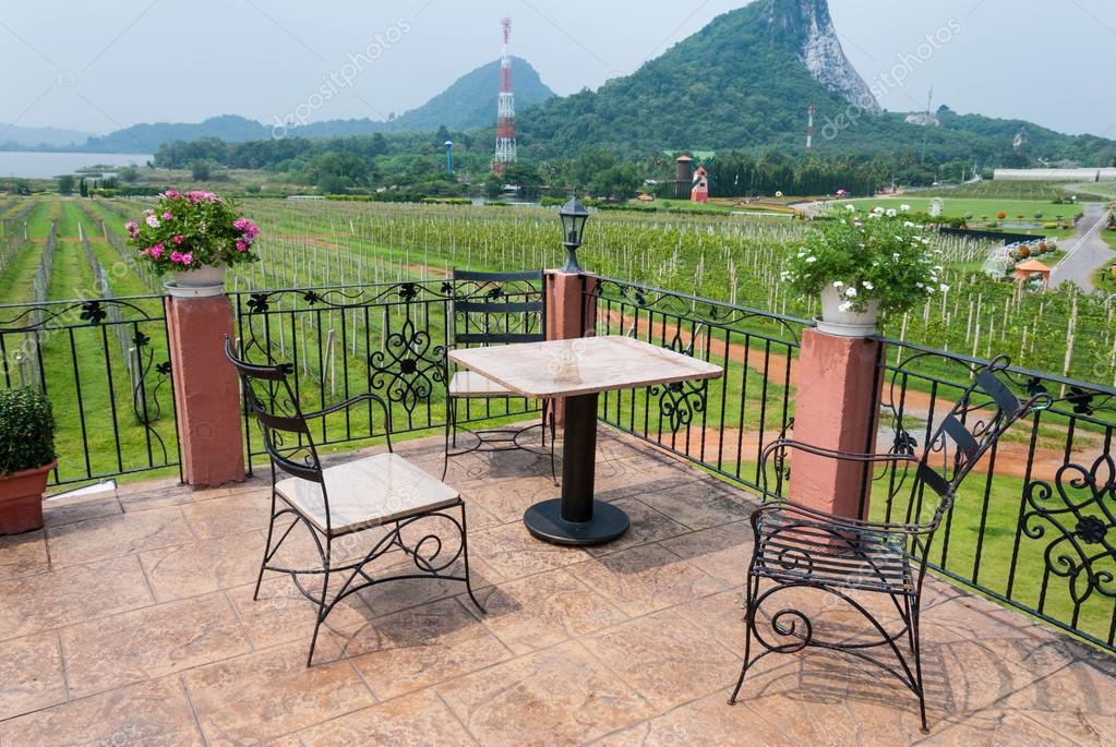 Tisch Und Stuhl Garten Gartenmöbel Mit Blick Auf Natur Stockfoto