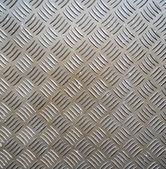 žebrovaný povrch kovu