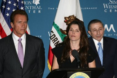 Arnold Schwarzenegger, Julia Ormond, Rabbi Marvin Hier