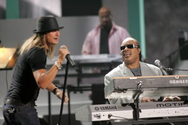 Kid Rock and Stevie Wonder during the World Music Awards Show. Kodak Theatre, Hollywood, CA. 08-31-05