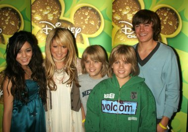 L-R Vanessa Anne Hudgens, Ashley Tisdale, Dylan Sprouse, Cole Sprouse, and Zac Efron
