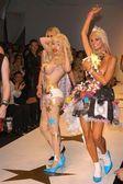 Paris Hilton és a modellek
