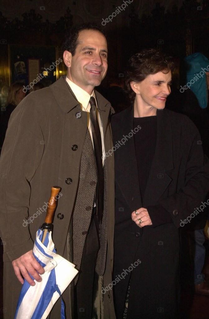 トニー シャルーブと妻ブルック ...