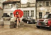 Ročník obraz mladé atraktivní dívka s dvěma starých aut