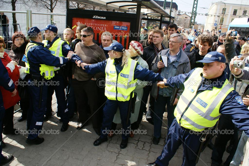 Policisté zatčeni