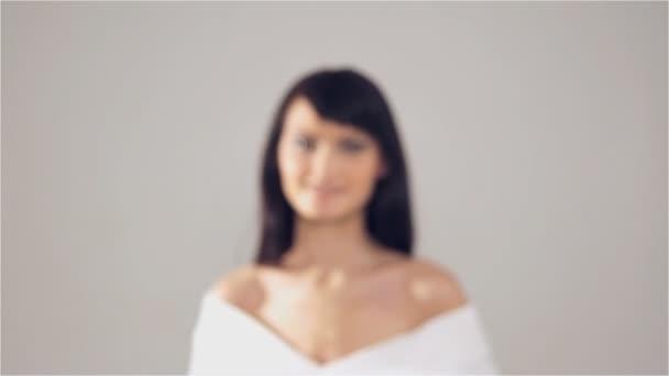portrét mladé kavkazské ženy dívá do kamery