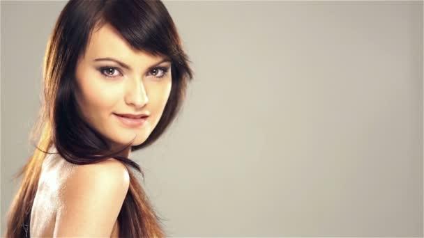 Portréja egy fiatal kaukázusi nő néz a kamerába