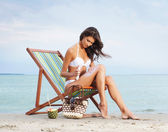 Fotografie sexy Frau mit der Creme Sonnencreme am Strand