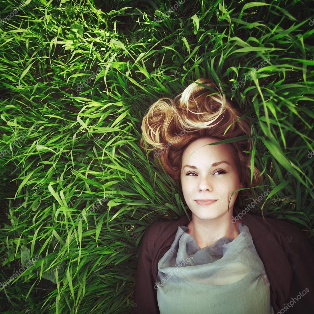 Красивая молодая женщина медитативный в траве  Instagram