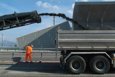 asfalt karışım kamyon bir otoyol İnşaat