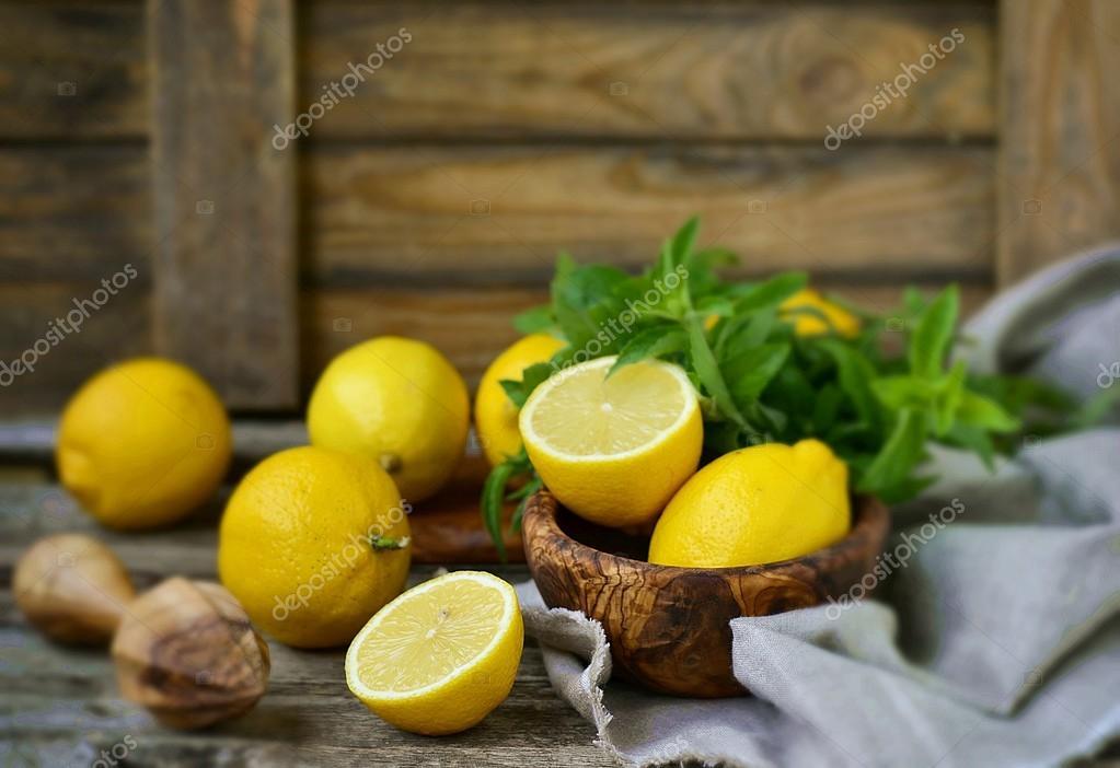 стол, ваза, цветы, лимон загрузить
